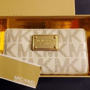 NWT Authentic Michael Kors Signature Wristlet